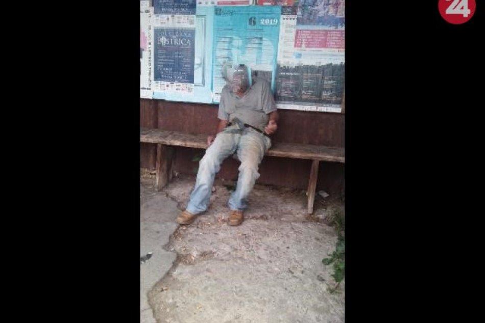 V OBRAZOCH: Muž ležiaci na zastávke MHD potreboval pomoc záchranárov