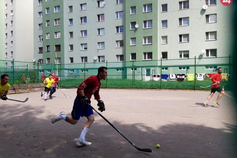 Zaspomínali si na niekdajšie časy: Takto zápolili hokejbalisti v Prešove