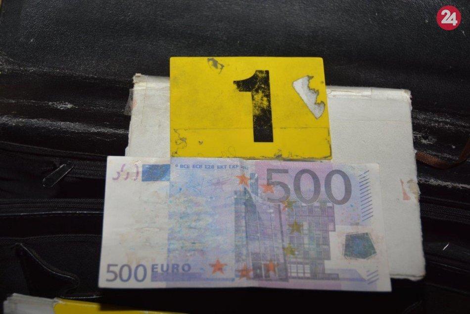 V OBRAZOCH: Zvolenskí kriminalisti zaistili podozrivé eurobankovky aj rastliny