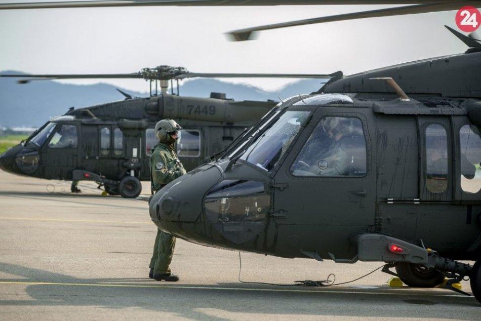 V OBRAZOCH: Na letisko v Sliači prileteli nové vrtuľníky Black Hawk