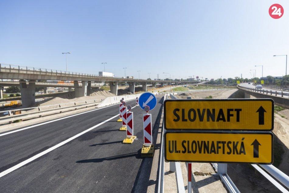 Zjazd z diaľnice D1 v smere z Petržalky na Slovnaftskú ulicu