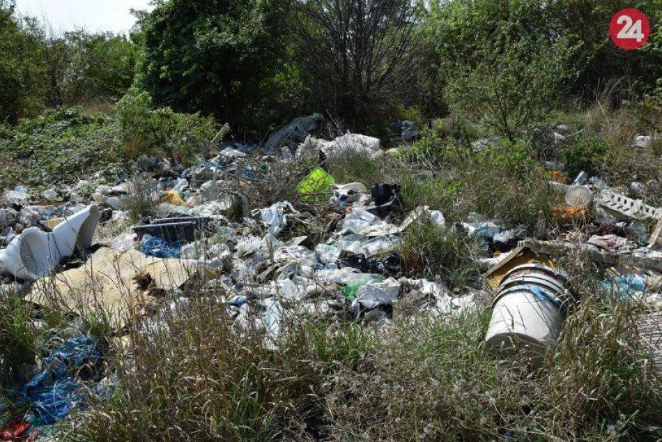Nelegálna skládka odpadu v Mani