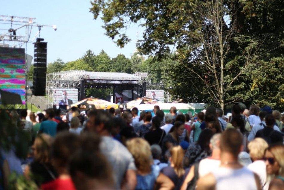 Bystrica je plná ľudí: Na bezpečnosť dohliadajú policajti
