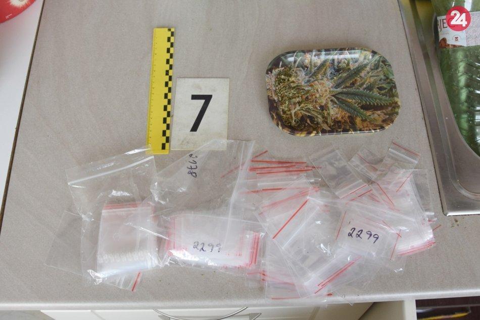 V jednom z lučeneckých bytov našli drogy