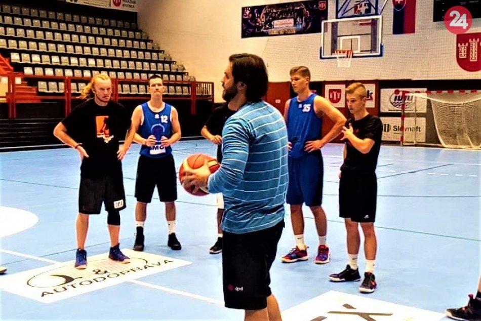 Basketbalový tím mužov Považskej Bystrice sa po roku obnovil: Zábery z tréningu