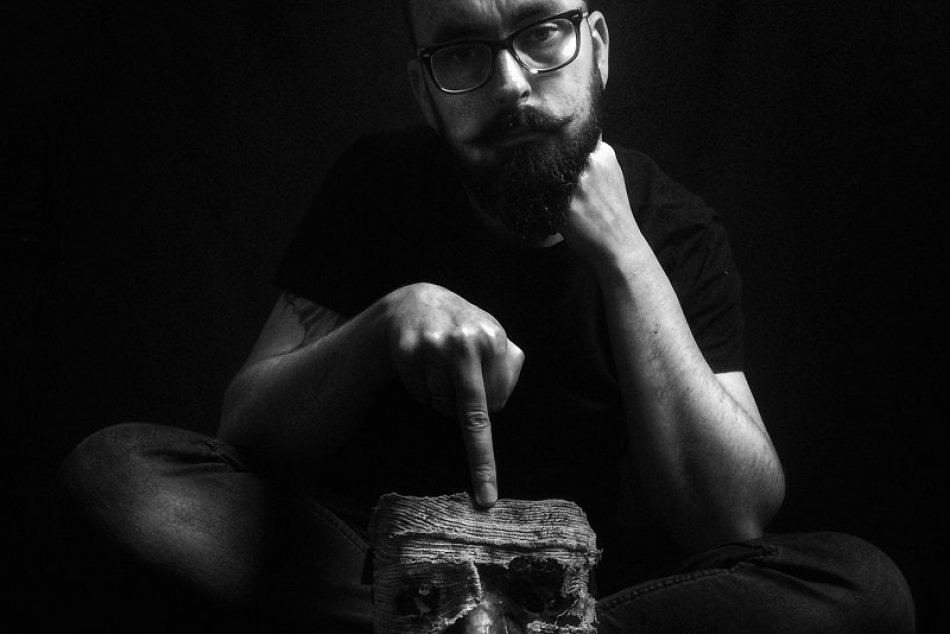 Peter Murín tvorí hororové masky a umelecké fotografie