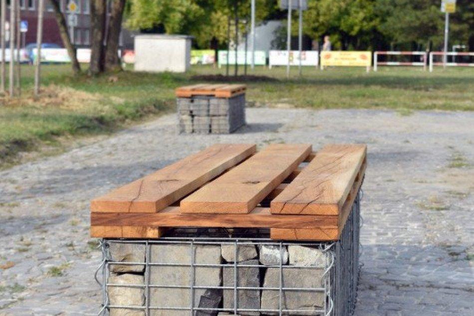 Nové lavičky pred kinom Mier