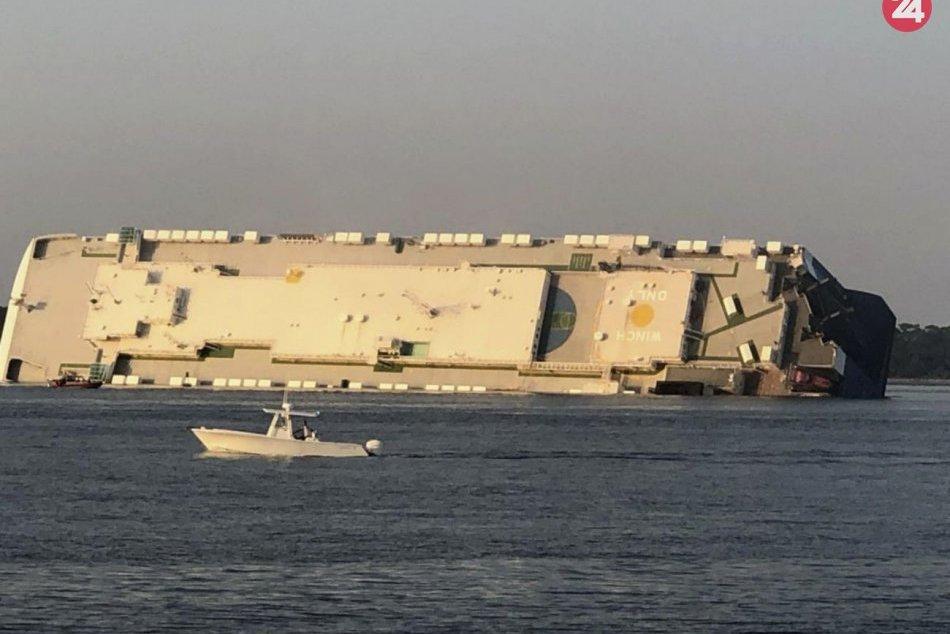 Pri americkom pobreží sa prevrátila nákladná loď