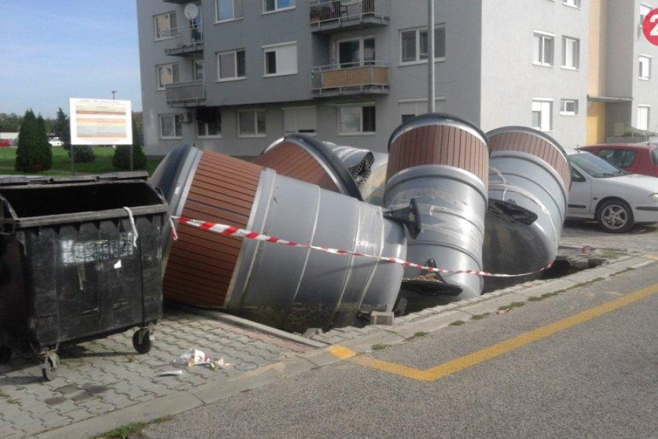 Búrka vyčíňala aj v Šali: Vyplavila polopodzemné kontajnery, FOTO