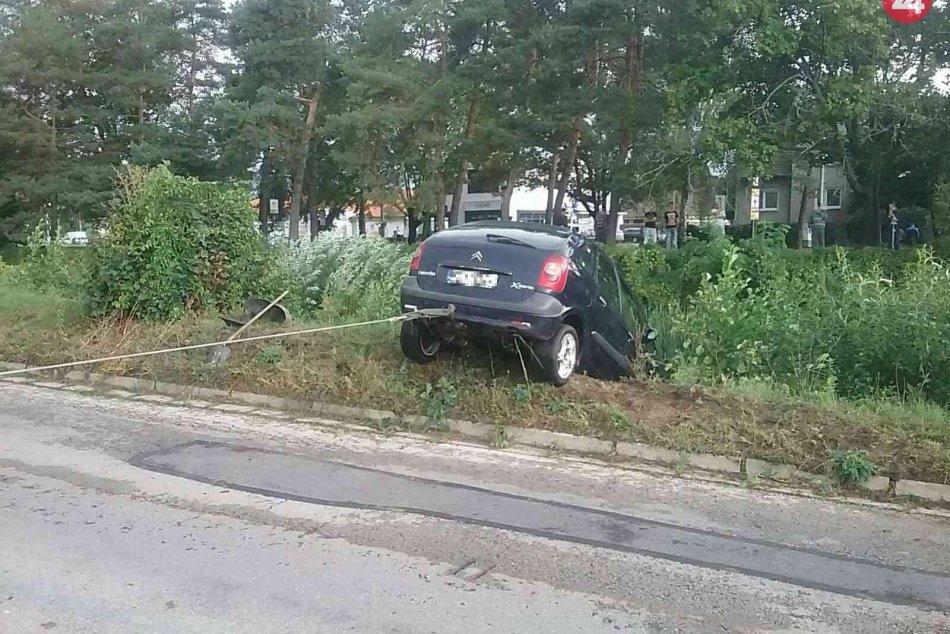 FOTO: Na Nábreží Jána Kalinčiaka v Prievidzi skončilo auto v Handlovke