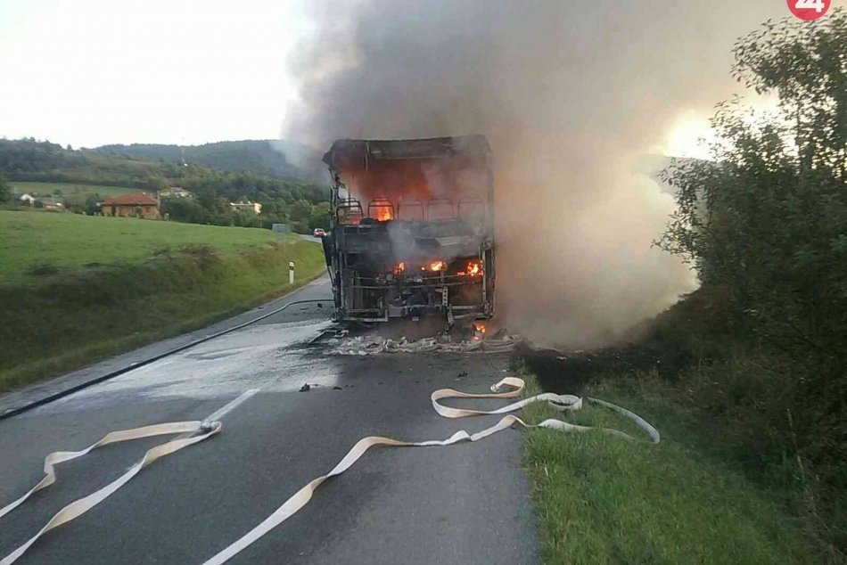 Hasiči zasahovali pri požiari autobusu: Pozrite si FOTKY z miesta