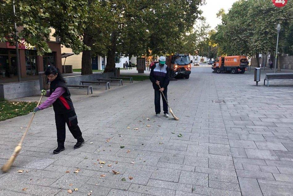 Šaľa začala s jesennými prácami: Radnica skrášľuje zeleň aj chodníky, FOTO