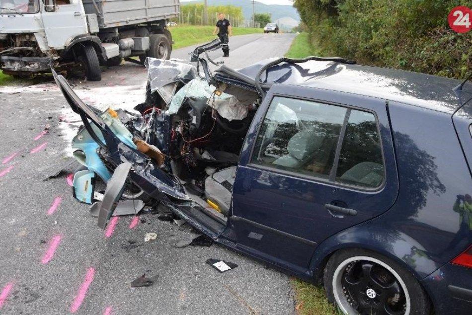 Policajné zábery z miesta zrážky auta s nákladiakom