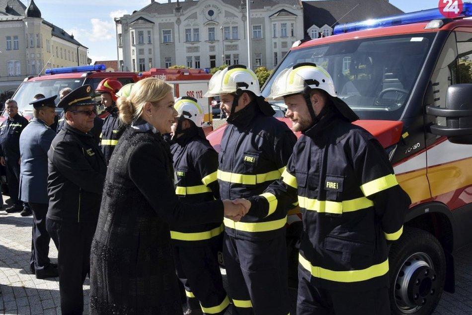 Viaceré obce a mestá v Nitrianskom kraji si prevzali nové hasičské autá, FOTO