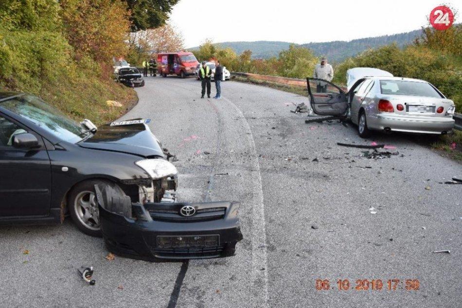 Policajné zábery z miesta: Zrážka troch osobných áut