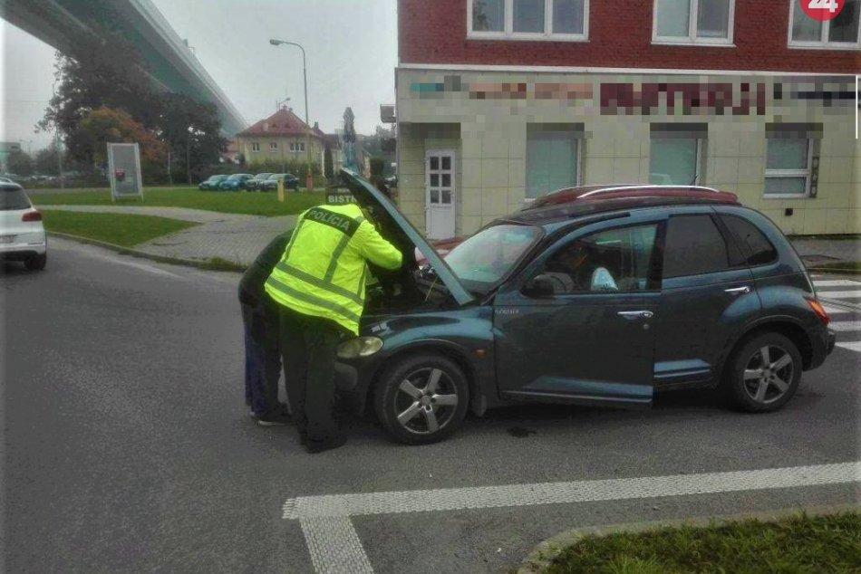 FOTO: V Považskej došiel autu benzín, vodič ho išiel zohnať a vybila sa baterka