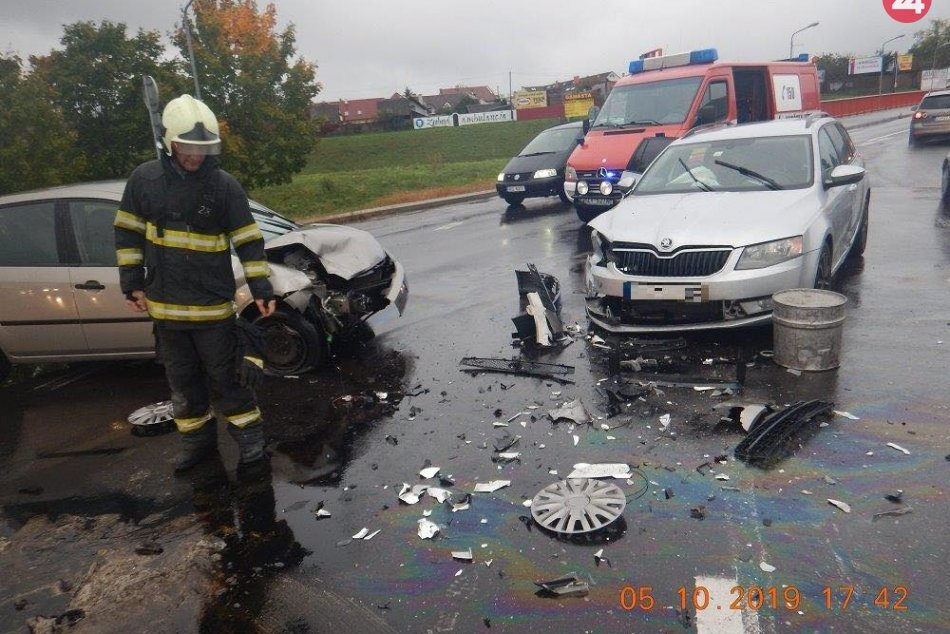 V OBRAZOCH: Po zrážke dvoch áut vo Zvolene sa zranili traja ľudia