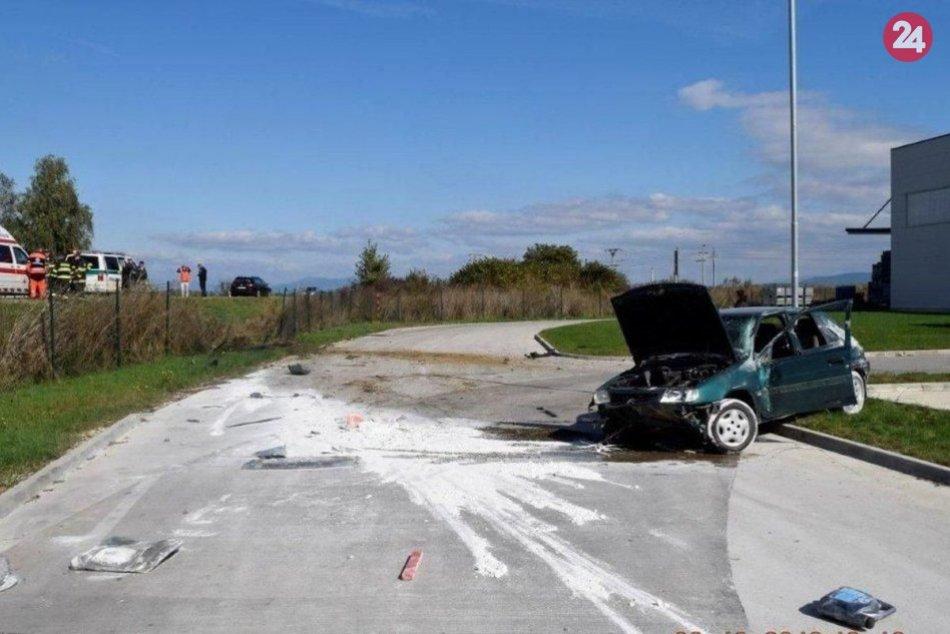 Auto sa pri nehode niekoľkokrát prevrátilo
