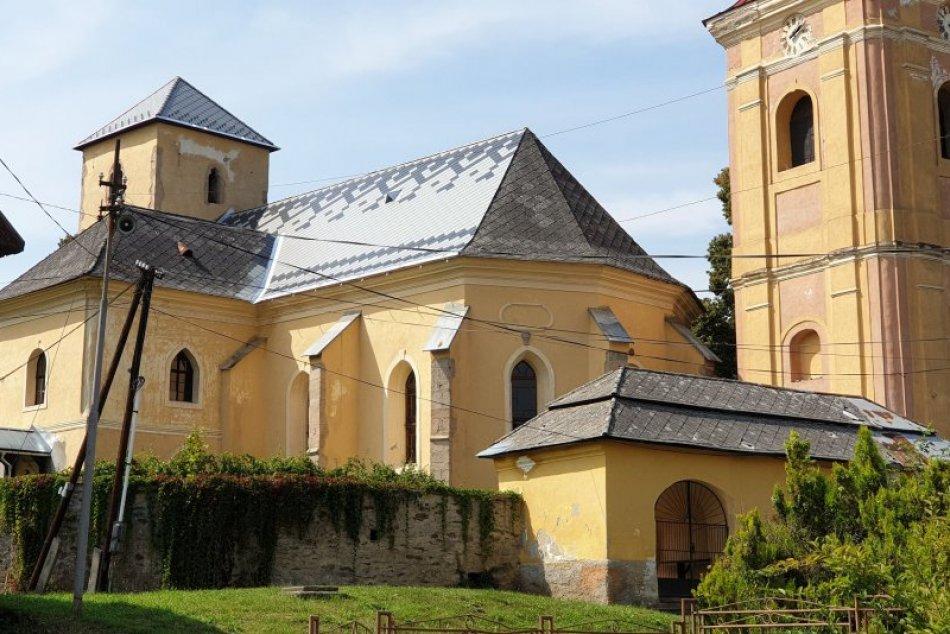 OBRAZOM: Pod rekonštruovanou strechou chrámu v Ratkovej sídli kolónia netopiera