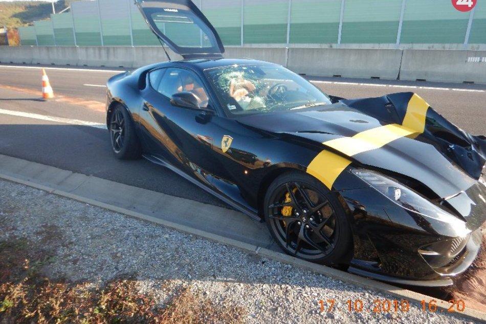 FOTO z miesta: Na R1 havarovalo Ferrari