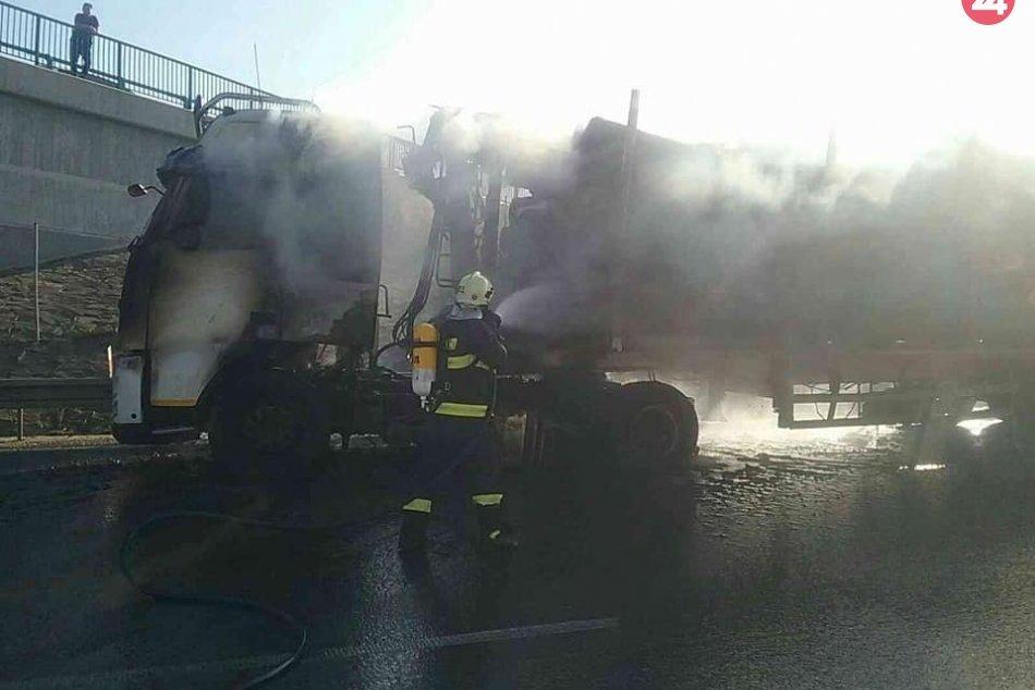 Plamene na R1: Hasiči zasahovali pri požiari kamióna