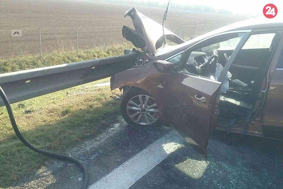 Hasiči zasahujú pri nehode na R1: Auto začalo horieť, vodič je v bezvedomí