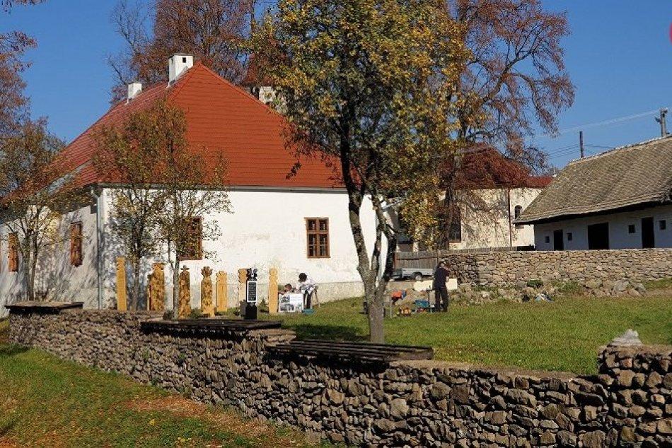 V areáli Múzea B. S. Timravy pribudli repliky drevených náhrobníkov