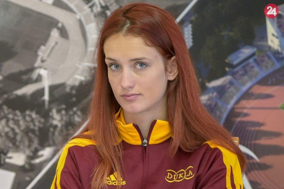 FOTO: Monika Chochlíková s medailou a víťaznou trofejou z 22. MS WAKO v kickboxe
