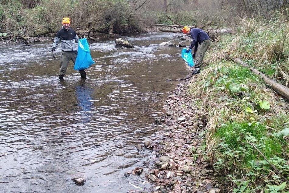 OBRAZOM:Otužilci v Slovenskom raji zbierali smeti aj púšťali veniec