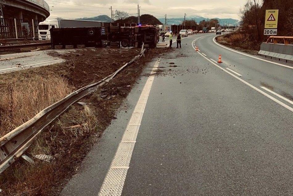 Prevrátený kamión pri Žiline: Policajné zábery z miesta
