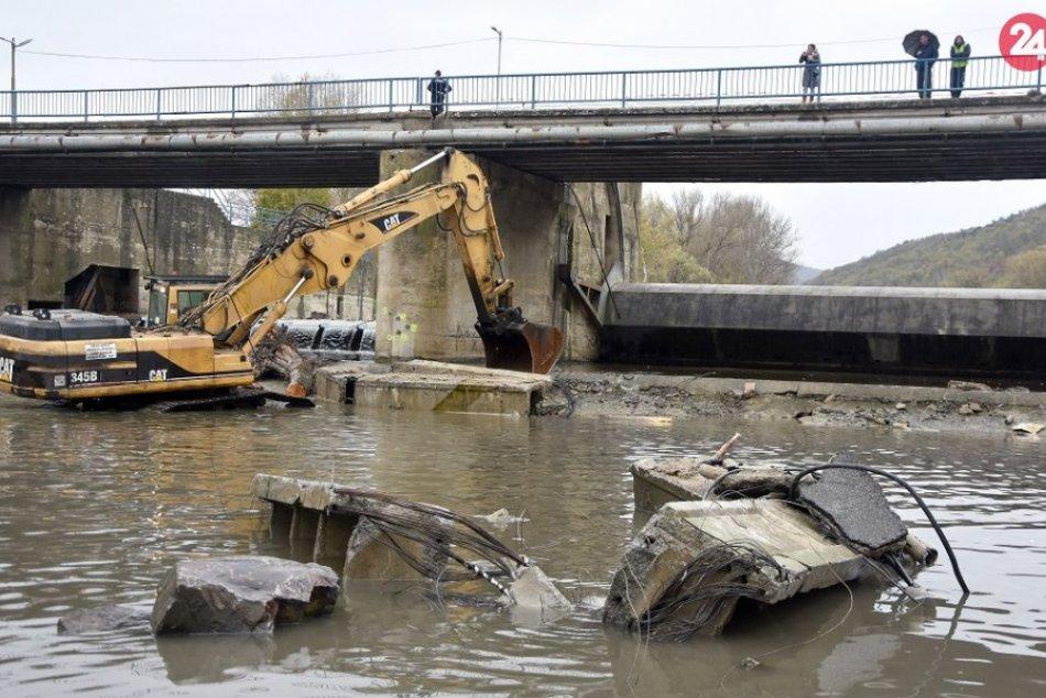 FOTO: Odstraňujú spadnuté časti mosta v Strážskom
