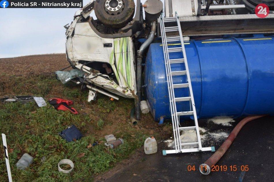 Kuriózna nehoda pri Nitre: Fekálne vozidlo skončilo na streche, FOTO