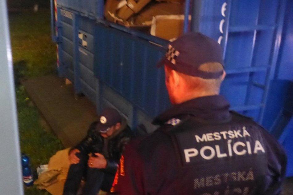 V OBRAZOCH: Vo Zvolene vyslobodili z kontajnera uviaznutého muža