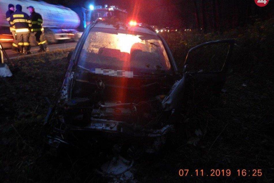 V OBRAZOCH: Auto za Kriváňom po šmyku na mokrej ceste narazilo do stromu
