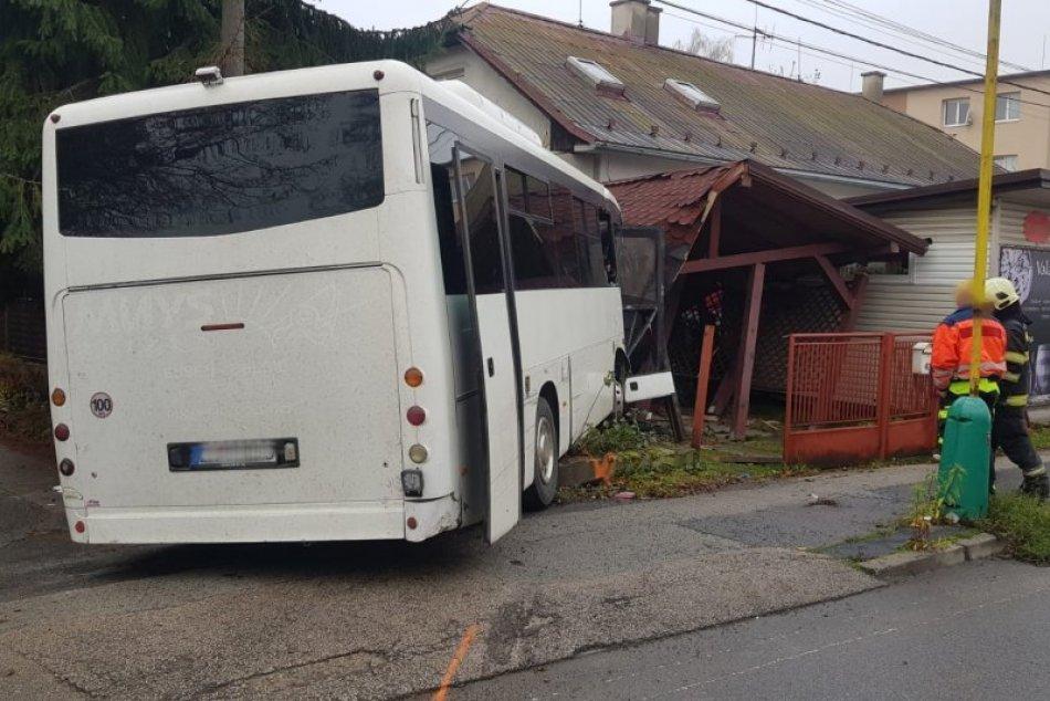FOTO: Autobus skončil v altánku rodinného domu