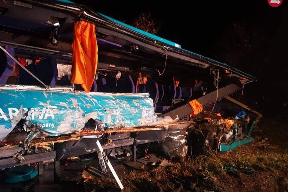 Havarovaný autobus je na kolesách: Pri nehode pomáhali aj vodiči s autolekárničk