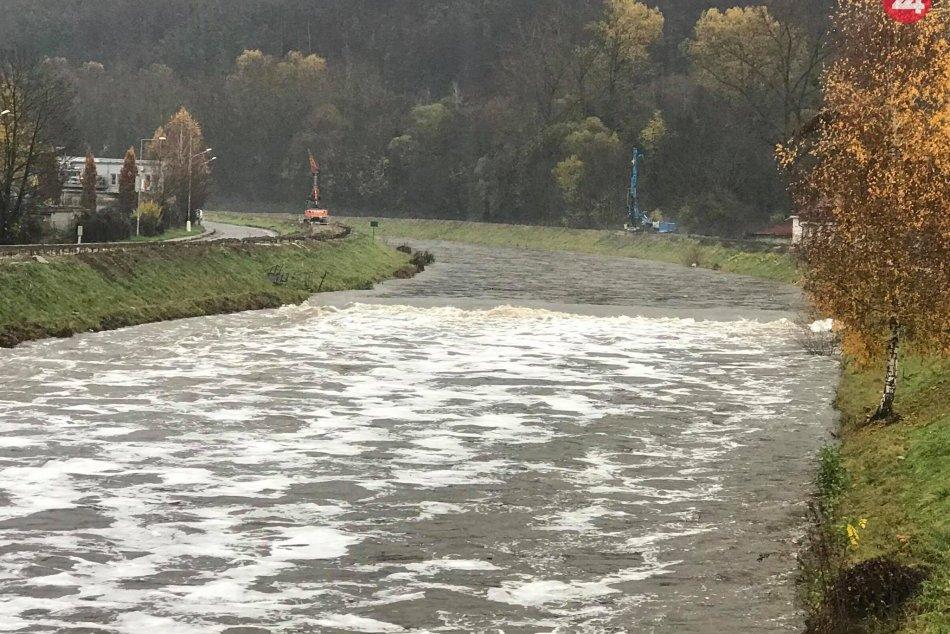 V OBRAZOCH: Na rieke Hron v Bystrici sa objavila biela pena