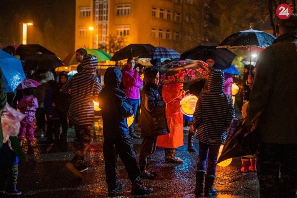 V OBRAZOCH: Zábery z lampiónového sprievodu v uliciach Bystrice