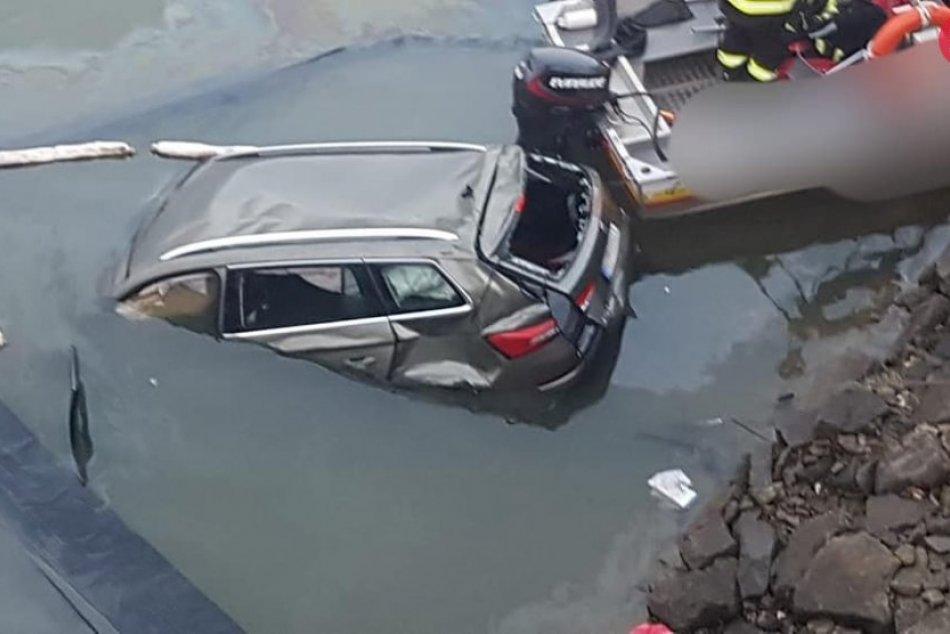 Auto sa zrútilo z mosta do Oravskej priehrady