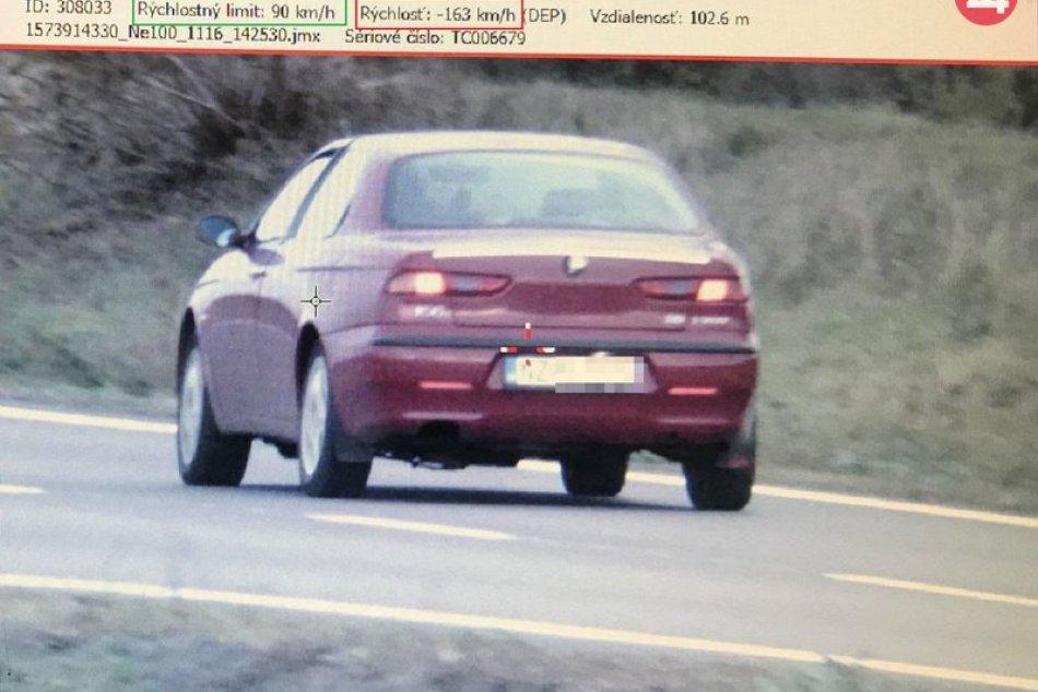 Šofér prekročil rýchlosť, okrem pokuty mu zadržali aj vodičák