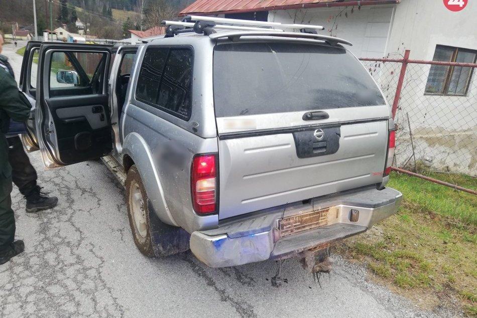 Policajná hliadky zastavila vodiča v aute bez ŠPZ a to nebolo všetko