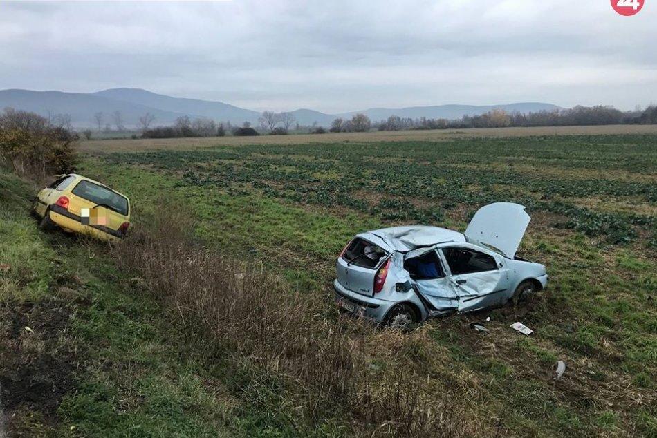 Zrážka na mokrej ceste, autá skončili v poli