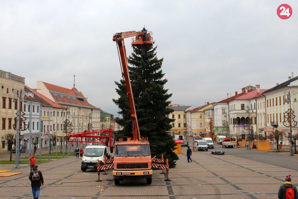 V OBRAZOCH: Bystričania sa dočkali nového vianočného stromčeka. Takto vyzerá