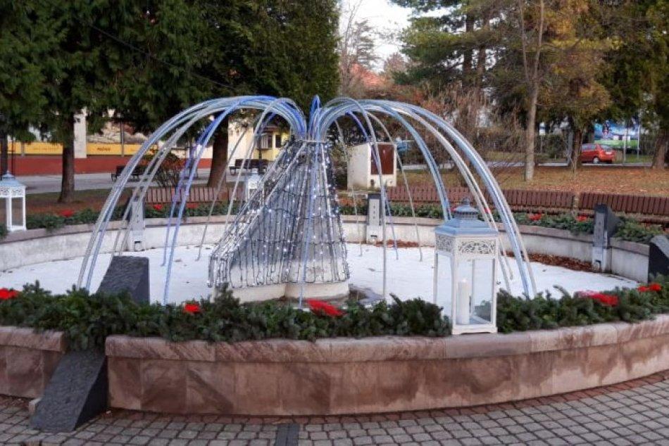 Zapálenie prvej sviečky: Adventný veniec Moraviec prišiel posvätiť farár