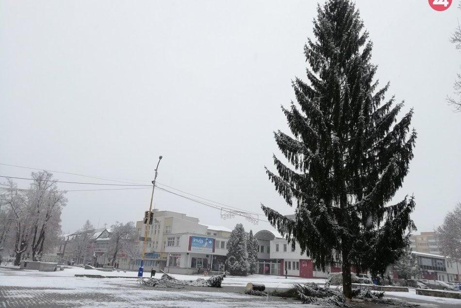 Na námestí v Humennom už stojí vianočný strom. Obzrite si ho