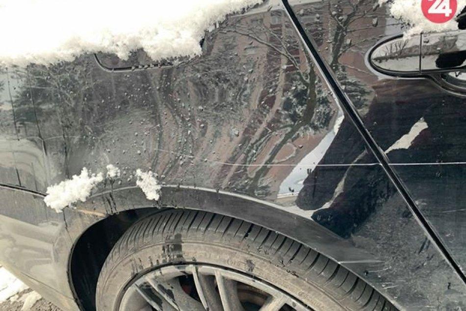 FOTO: Žiarčan si na sídlisku našiel poškodené auto