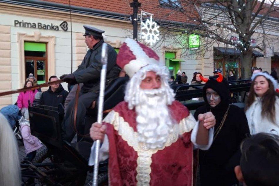 Vianočné trhy prilákali stovky ľudí: Stromček prišiel rozsvietiť Mikuláš