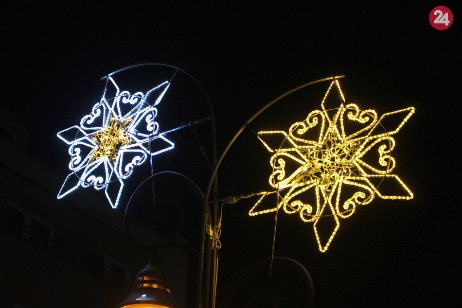 V OBRAZOCH: Vianočná výzdoba po zotmení rozžiari Bystricu. Pozrite na tú nádheru