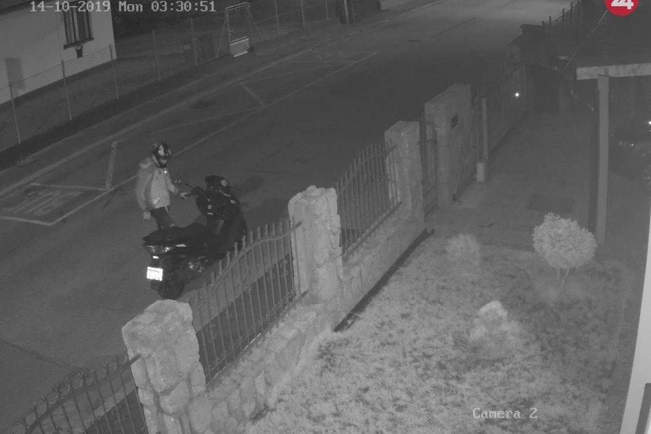 Horiaci skúter v Martine: Polícia zháňa muža na fotkách