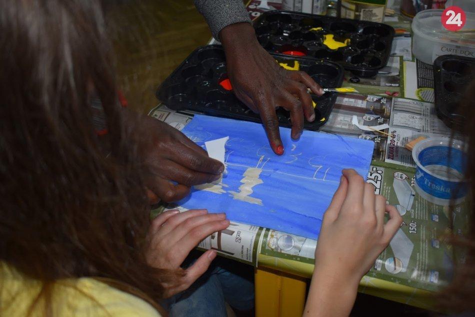 Keňan Adam zo slumu na návšteve Šale: Decká i dospelých učil maľovať, FOTO